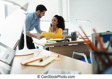 collègue, mobile, travail, téléphone, directeur, femme, parler
