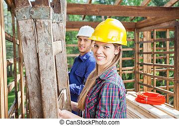 collègue, ouvrier construction, site, heureux