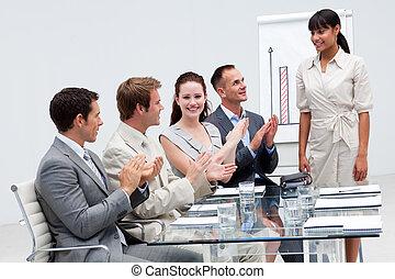 collègue, présentation, applaudir, sourire, donner, femme affaires, après