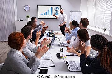 collègue, présentation, après, applaudir, collègues