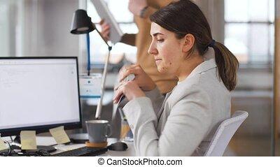 collègue, prendre, dossier, programmeur, bureau