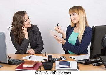 collègue, rouge lèvres, bureau, démontre, bureau, employé
