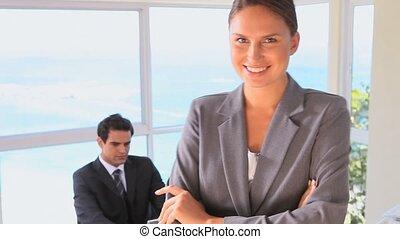 collègue, sien, elle, femme affaires, quoique, poser, bureau
