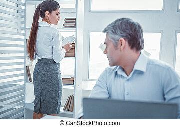 collègue, sien, employé bureau, col blanc, dévisager