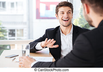 collègue, sien, jeune, gai, conversation, homme affaires