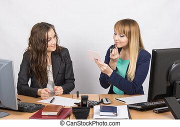 collègue, sien, rouge lèvres, bureau, séance, observe, à côté de, bureau, employé
