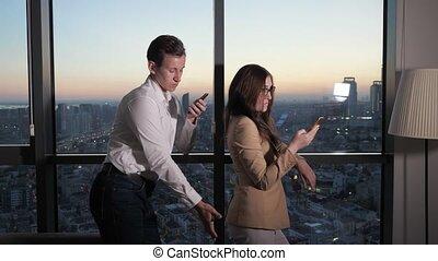 collègue, touchers, femme, butin, romantique, regarder, relations., fenêtre, smartphone., homme