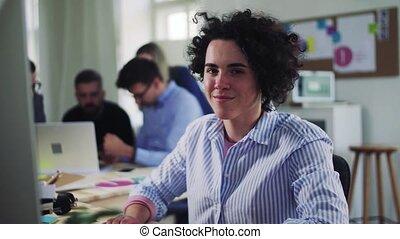 collègues, bureau., moderne, jeune, femme affaires, portrait