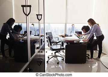 collègues, bureau, pc tablette, architecte, femme, utilisation