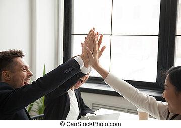 collègues, but, atteindre, donner, haut cinq, excité