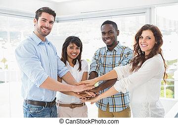collègues, cercle, mains, joindre, heureux