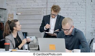 collègues, conversation, pc portable, salle réunion, utilisation