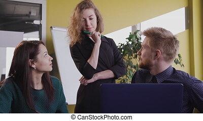 collègues, discuter, idées, moderne, projet, devant, table., bureau, groupe