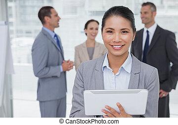 collègues, elle, pc tablette, femme affaires, bureau, clair, ensemble, conversation, quoique, utilisation