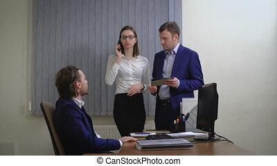 collègues, fonctionnement, bureau., jeune, computer., dactylographie, parler, homme