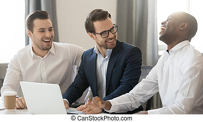 collègues, fonctionnement, plaisanterie, hommes affaires, ensemble, conversation, divers, rire, heureux