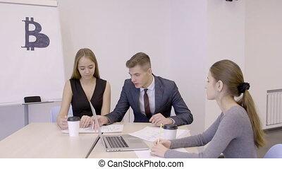 collègues, lent, motion., bureau, bitcoin, trois, femme, investmens, mâle, discuter
