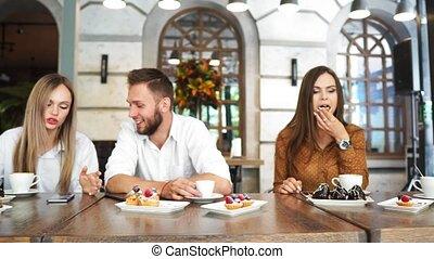 collègues, manger, restaurant, travail, ensemble, socialiser, heureux