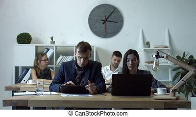 collègues, multimédia, appareils, bureau fonctionnant