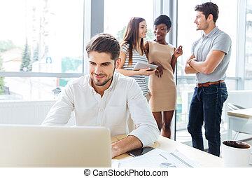 Collègues, sien, bureau, fonctionnement, ordinateur portable, conversation, quoique, homme affaires