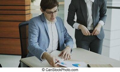 collègues, sien, business, séance, bureau., moderne, deux, rapports, conversation, homme affaires, femme, table, associé, discuter