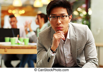 Collègues, sien, songeur, séance, bureau, Asiatique, fond,  portrait, homme