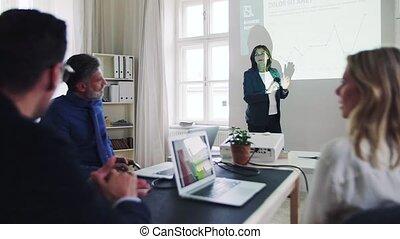 collègues, vieux, donner, bureau., moderne, femme affaires, présentation