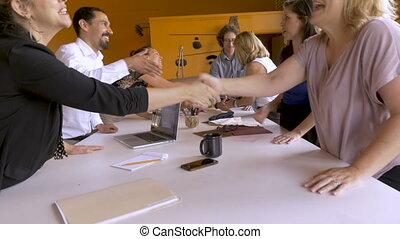 collaborative, investisseurs, entrepreneurs, mains, femme, réunion, pendant, secousse