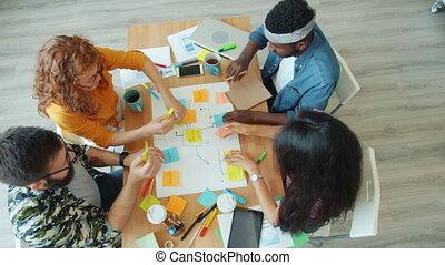 collage, créatif, papier, autocollant, discuter, travail bureau, fonctionnement, équipe, clair