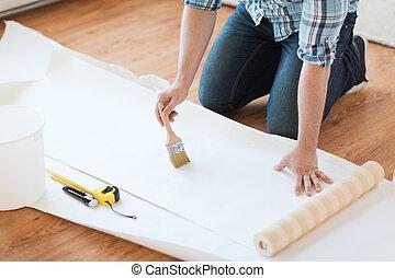 colle, papier peint, closeup, mains, enduire, mâle