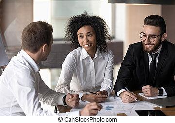 colleagues, бизнес-леди, американская, прослушивание, африканец, брифинг