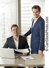 colleagues, офис, вместе, posing, улыбается, счастливый