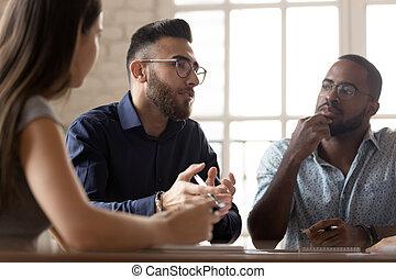 colleagues, beszél, fejteget ügy, gondolat, multiethnic, gyűlés