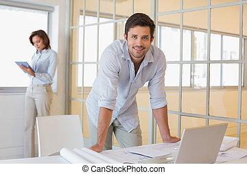 collega, blauwdruken, kantoor, werkende , jonge, achtergrond, verticaal, zakenman, het glimlachen