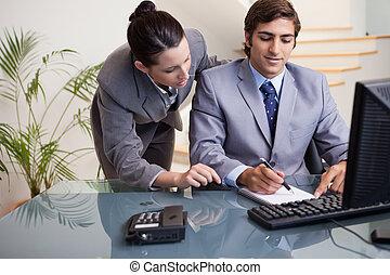 collega, prendere, presa, mentre, mentored, uomo affari,...