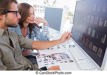 collega, wijzende, foto, scherm, redacteur, thumbnail