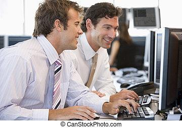 collega's, aan het werk aaneen, bij computer