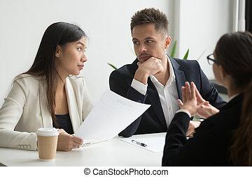 collega's, aanvrager, het bespreken, werk, hervatten