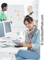 collega's, grafisch, kantoor, tablet, kunstenaar, achter, iets, verticaal, tekening