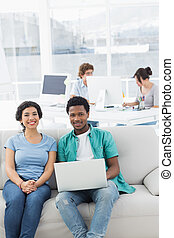 collega's, kantoor, draagbare computer, creatief, gebruik, paar