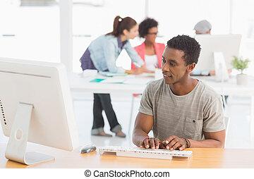 collega's, kantoor, kunstenaar, helder, computer, achtergrond, gebruik, mannelijke , ongedwongen