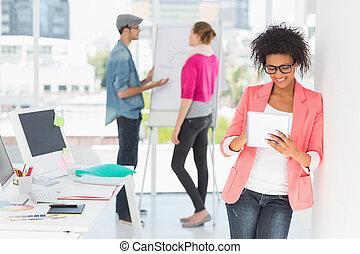 collega's, kantoor, tablet, kunstenaar, digitale , gebruik