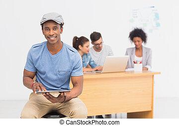 collega's, kantoor, tablet, kunstenaar, helder, achtergrond, digitale , gebruik, mannelijke , ongedwongen