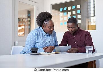 collega's, kantoor, tablet, werken, jonge, afrikaan, gebruik