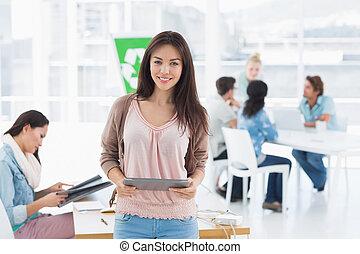 collega's, tablet, kantoor, kunstenaar, digitale , vrouwlijk, helder, achtergrond, vasthouden, verticaal, ongedwongen