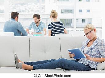 collega's, vrouw, kantoor, tablet, jonge, creatief, helder, achtergrond, digitale , gebruik