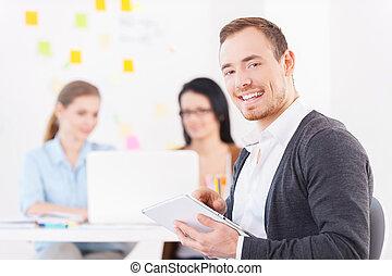 collega's, zijn, werkende , tablet, team., jonge, creatief, vrolijk, terwijl, achtergrond, digitale , gebruik, glimlachende mens, bril