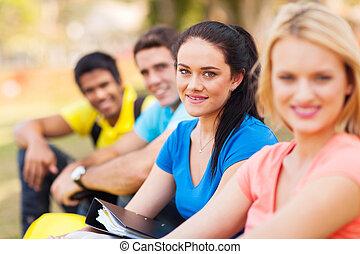 college hallgató, ülés, szabadban