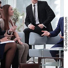 colleghi, discussione gruppo, ufficio, giovane