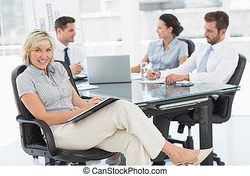 colleghi, donna d'affari, discutere, ufficio, giovane